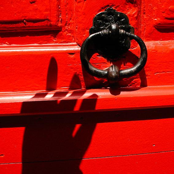 Noir sur Rouge / autoportrait au heurtoir / Arles 2008