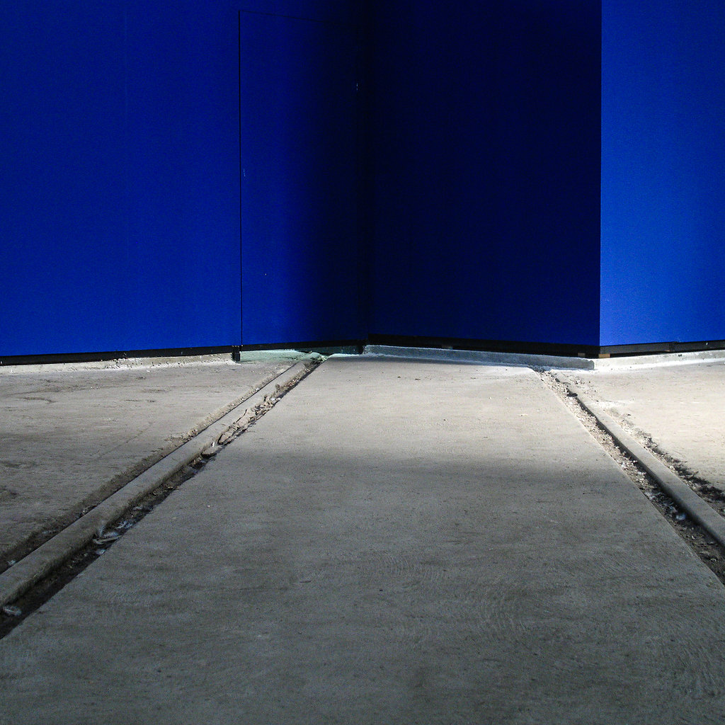 Gris Bleu / rails et mur / arles 2008